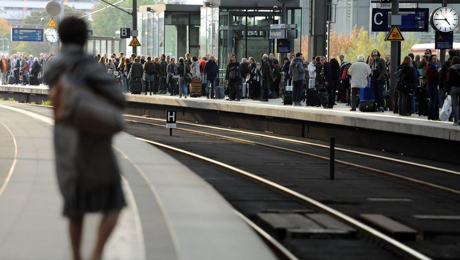 """Wartende Fahrgäste im Hauptbahnhof in Berlin: Beeinträchtigungen """"systemimmanent"""""""