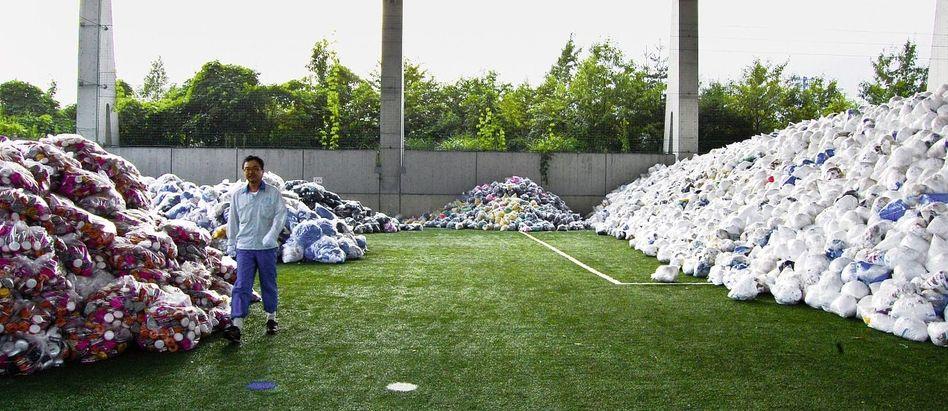 Abfallberge auf ehemaligem Fußballfeld