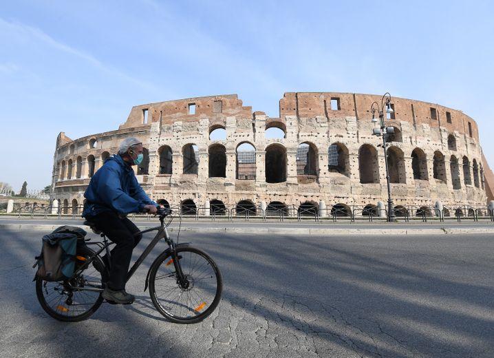 """""""Zona rossa"""": Gesichtsmasken und leere Straßen in Rom"""