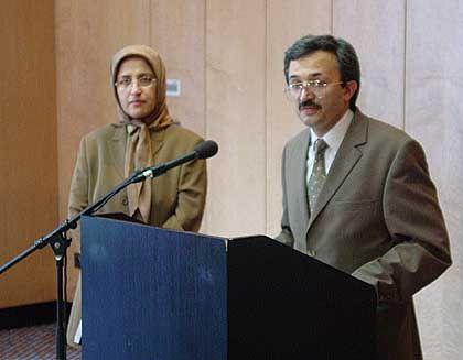 """Sehen eine """"große Gefahr"""": Masomeh Bolurchi und Javad Dabiran vom iranischen Widerstandsrat"""