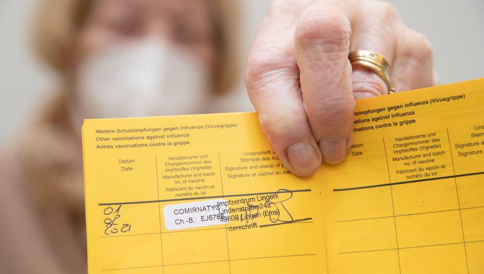 Soll laut einer Umfrage der ARD kein Freifahrtschein sein: eingetragene Corona-Impfung in einem Impfpass