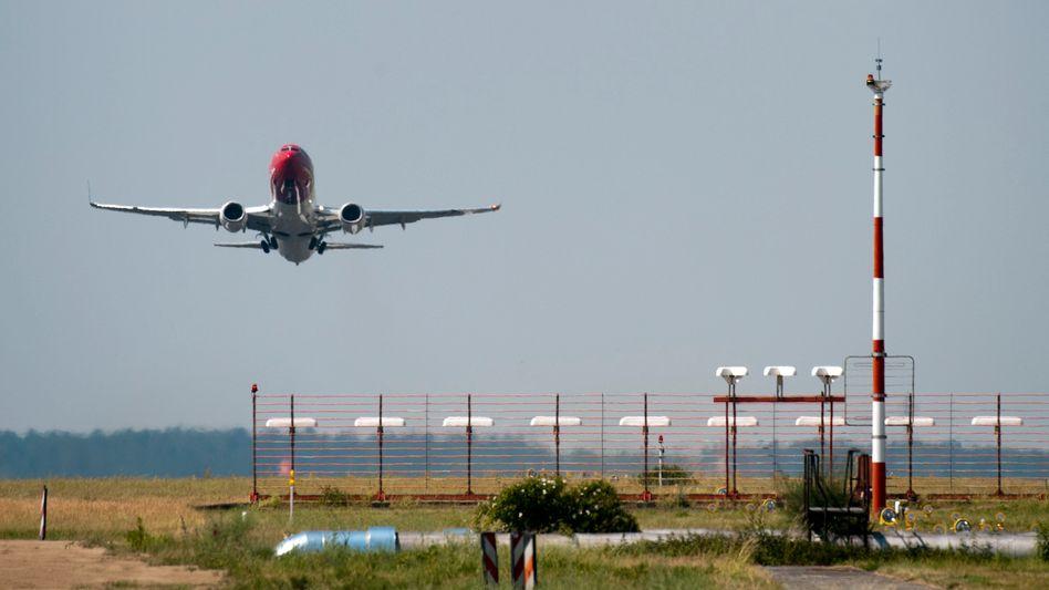 Flugzeug in Berlin-Schönefeld (im Juni 2011): Diskussion um CO2-Ausstoß der Jets
