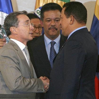 Handschlag zwischen Uribe und Chávez (mit Gastgeber Fernández): Spontane Entspannung nach scharfer Eskalation