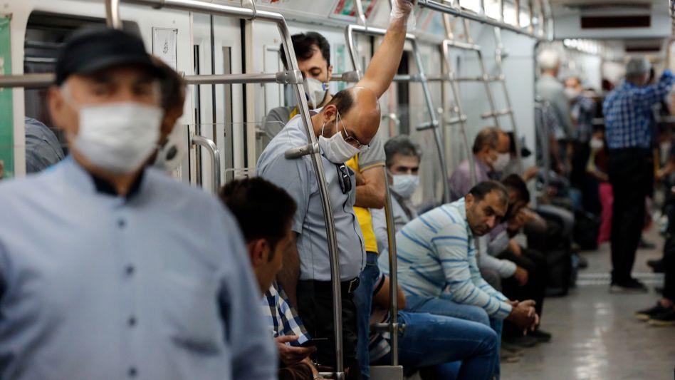 """Bahnfahrer in Irans Hauptstadt Teheran: """"Dies ist ein unberechenbares und wildes Virus"""""""