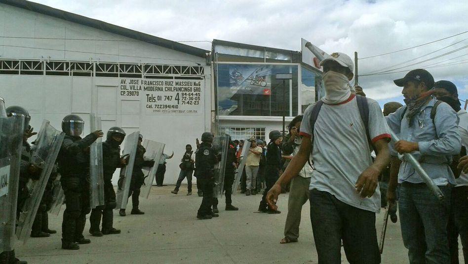 Konfrontation zwischen Polizei und Demonstranten in Guerrero: Mit Steinen und Stöcken bewaffnete Lehrer und Studenten