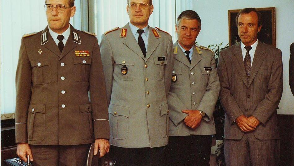 Treffen von Offizieren zweier deutscher Armeen: Innerlich aufgewühlt - Oberst Joachim Kampe, Generalmajor Glatt, Oberstleutnant Spielberg und Regierungsdirektor Dahlmanns (v.l.)