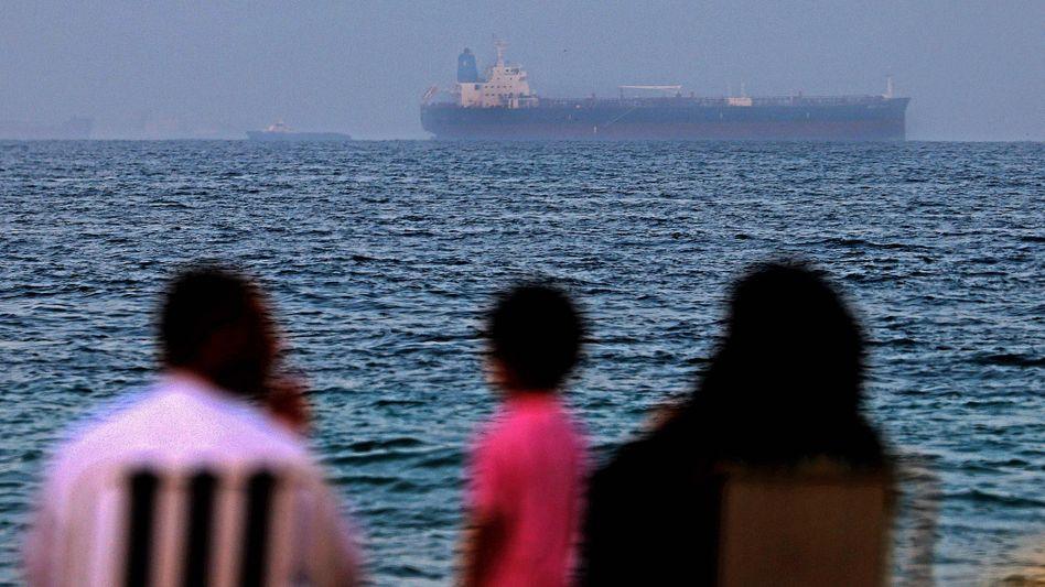 Der Tanker »Mercer Street« vor der Küste der Vereinigten Arabischen Emirate – er war am 29. Juli mit einer Drohne angegriffen worden