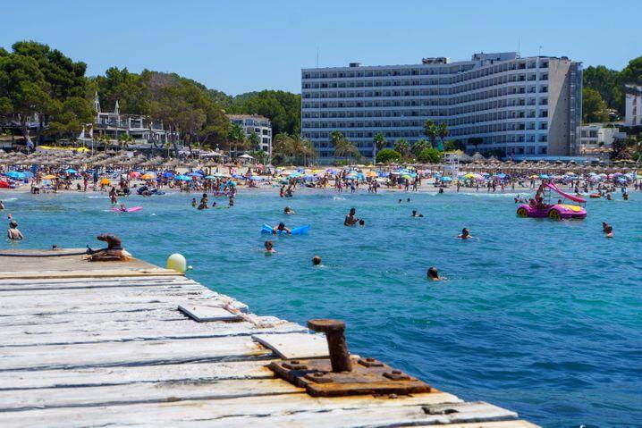 Hochsaison am Strand von Paquera auf Mallorca