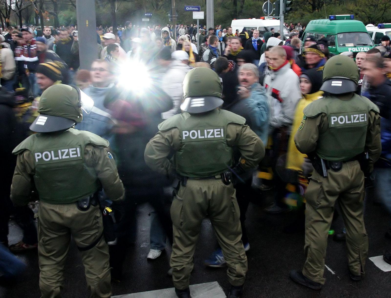 NICHT VERWENDEN Symbolbild / Stadion / Fans / Polizei