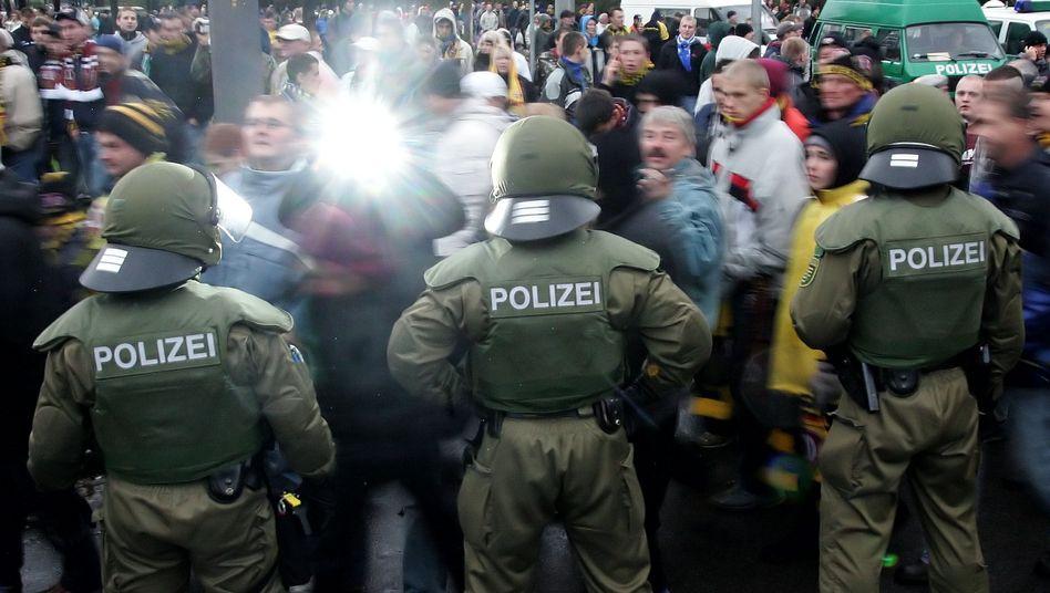 Fußballfans, Polizei: Nur noch alleine nach Hause gehen?