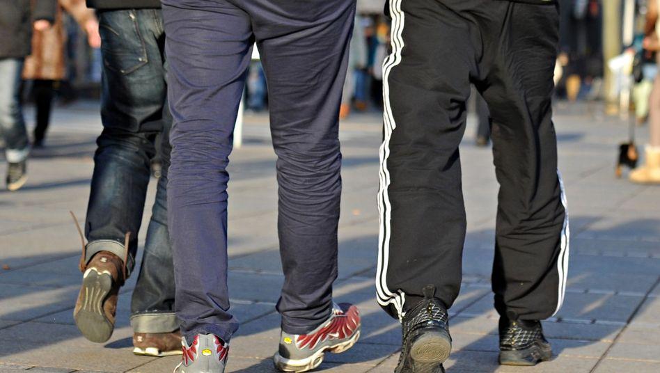 """Junge Männer laufen in Jogginghosen durch Stuttgart: """"Keine angemessene Kleidung für den Unterricht"""""""