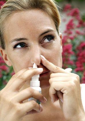 Nasenspray-Einnahme: Bei Schnupfen zunächst ein Segen