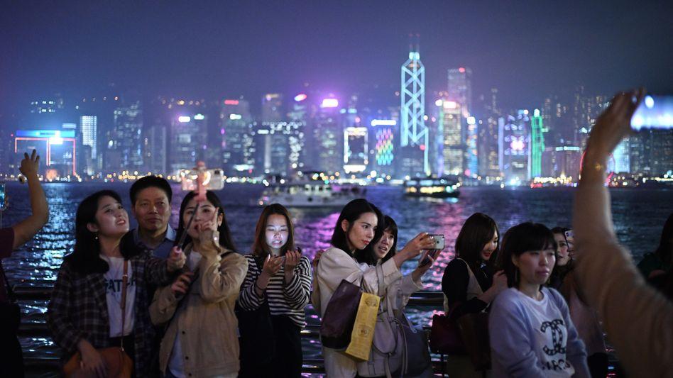 Hell beleuchtete Hochhäuser in Hongkong (im Februar 2019)