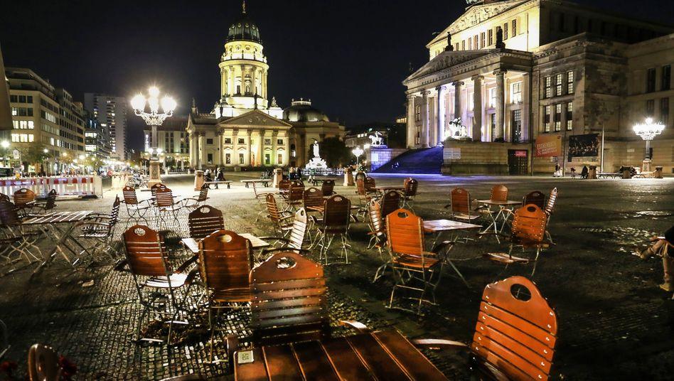 Außenbereich eines geschlossenen Lokals am Gendarmenmarkt in Berlin: »Sammelsurium von Ad-hoc-Maßnahmen«