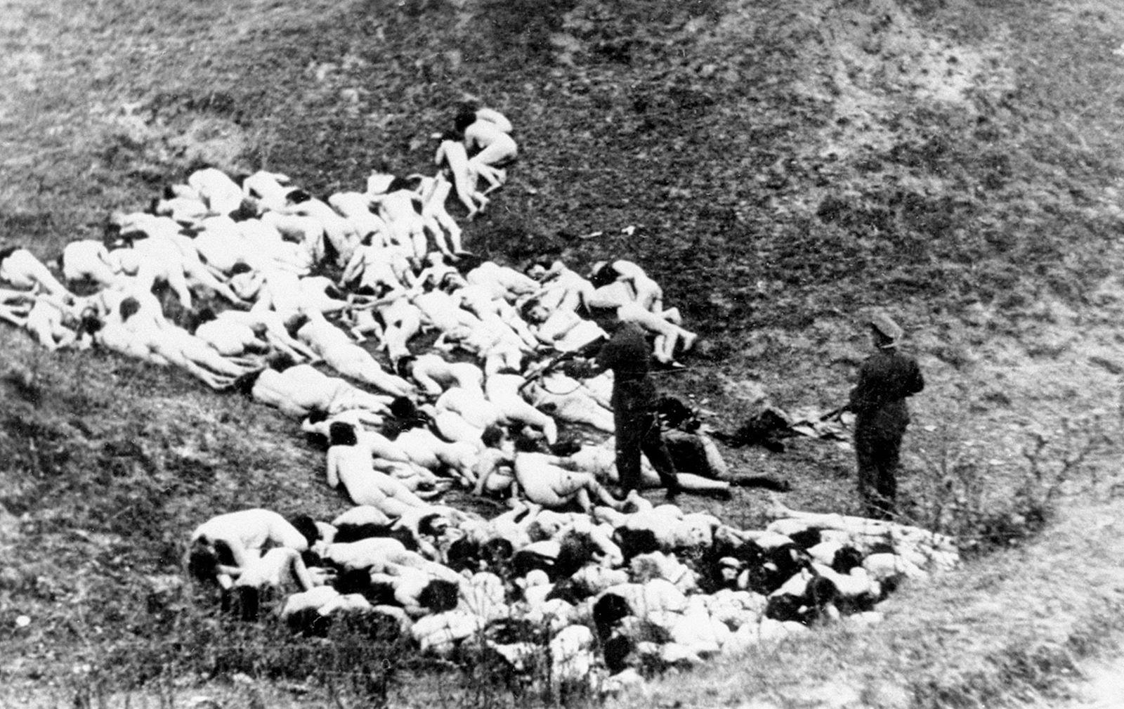 Russia / Ukraine: German 'einsatzgruppen' paramilitary death squads murder Jews in the Ukraine, July-September 1941