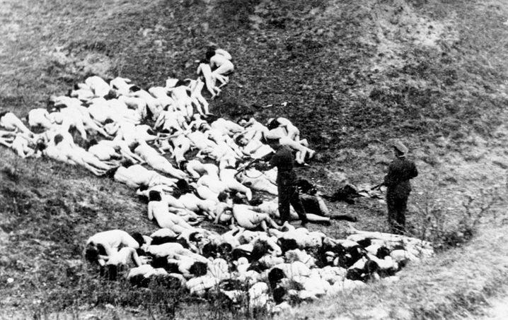 Aller Würde beraubt: Vor ihrer Ermordung mussten sich die Jüdinnen und Juden nackt ausziehen – das Foto entstand am 14. Oktober 1942 bei einer Massenerschießung in Misosz (heute Ukraine).
