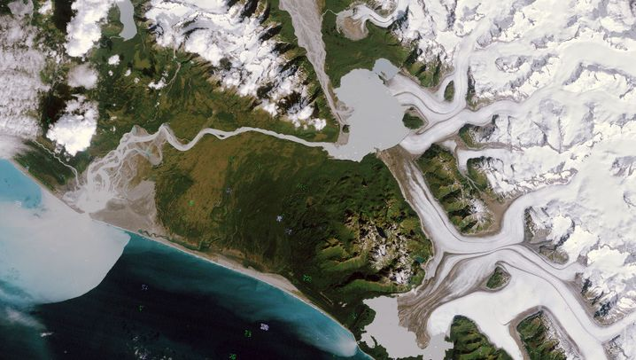 Rückgang des Grand-Plateau-Gletschers: Die Bilder zeigen den Alsek Lake mit dem Flusslauf und der Mündung. Doch mit dem Abschmelzen des Gletschers könnte die Mündung des Flusses weiter südlich liegen, wenn sich Lake Alsek mit dem Schmelzwasser südöstlich des Gletschers verbindet. Das Bild links stammt aus dem Jahr 1984, das rechte ist von 2019.