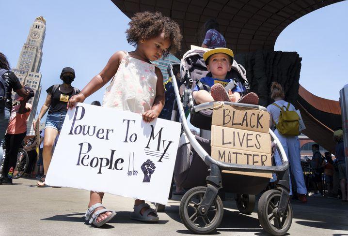 Landesweite Bewegung: Zwei Kinder bei einer George-Floyd-Demonstration gegen Polizeigewalt in New York
