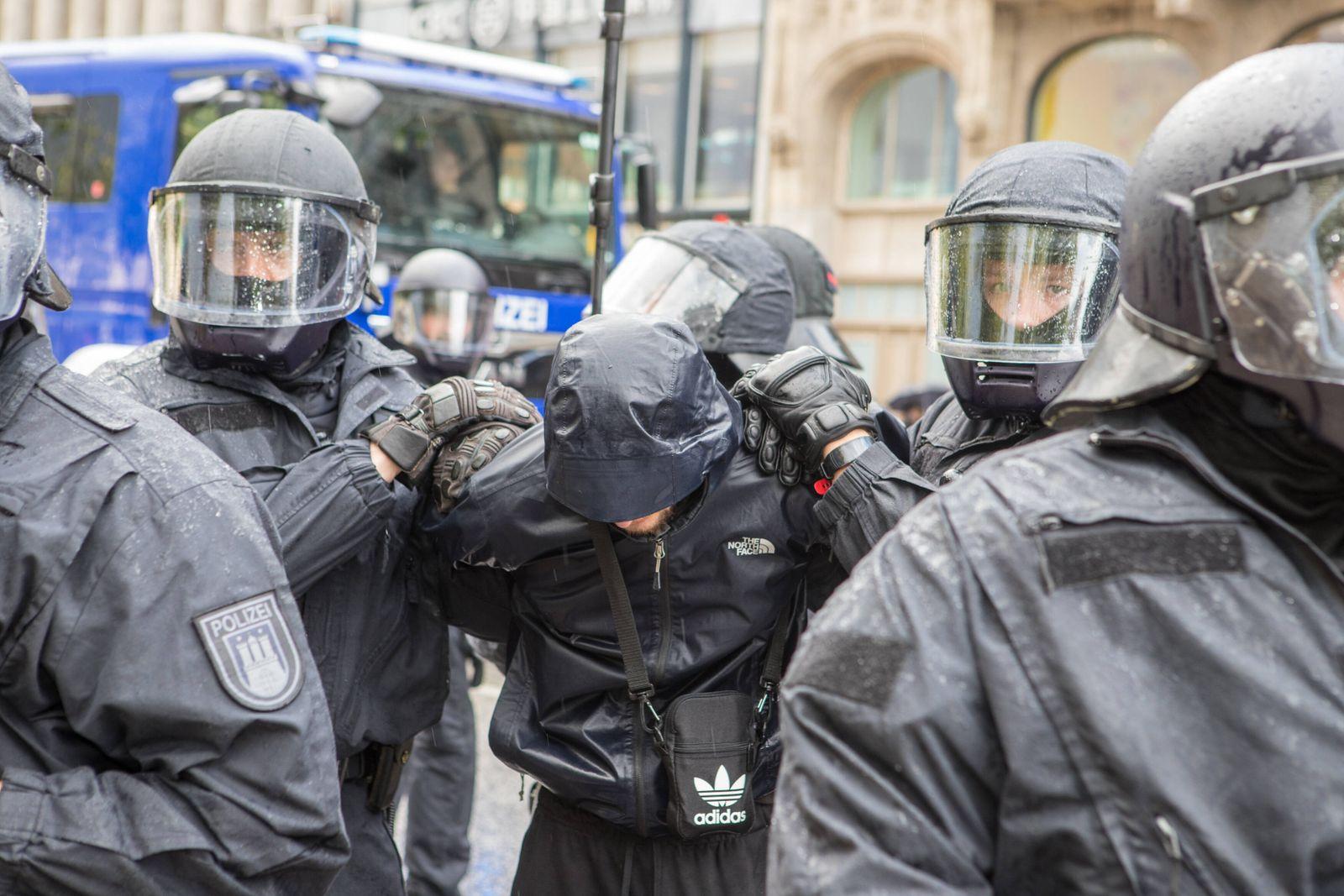 Ausschreitungen nach Demostration in Hamburg 06.06.20 - Hamburg: Nach der friedlichen Demo gegen 15Uhr eskalierte gegen