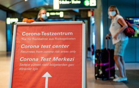Wegweiser zur Corona-Teststation am Hamburger Flughafen (Symbolbild)