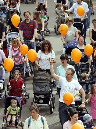 Weltrekordversuch im Kinderwagenschieben (im Mai): Nur CSU hält Ehegattensplitting noch für zeitgemäß