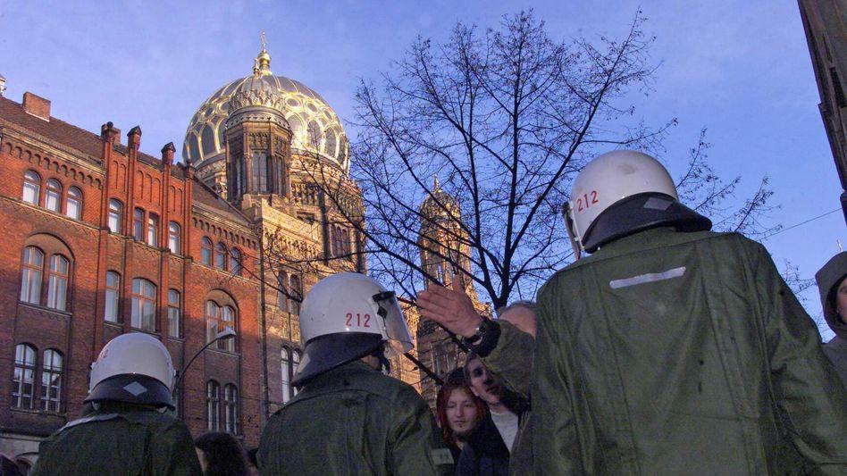 NPD-Demonstration vor Synagoge Oranienburger Straße in Berlin: Stereotype in Gesellschaft verankert