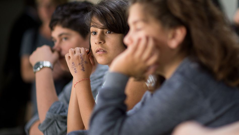Junge Flüchtlinge sitzen im Sprachunterricht (Symbolbild)