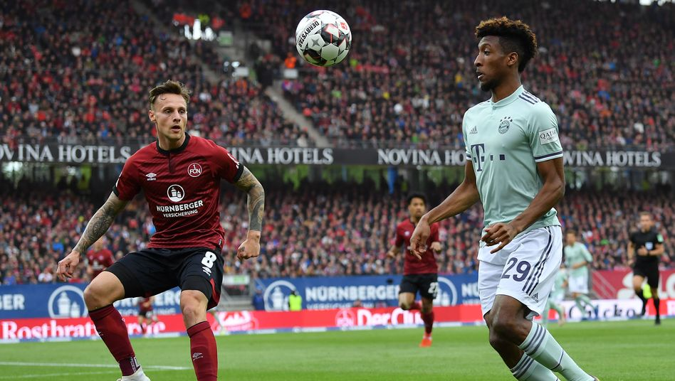 Bayerns Kingsley Coman im Duell mit Nürnbergs Robert Bauer