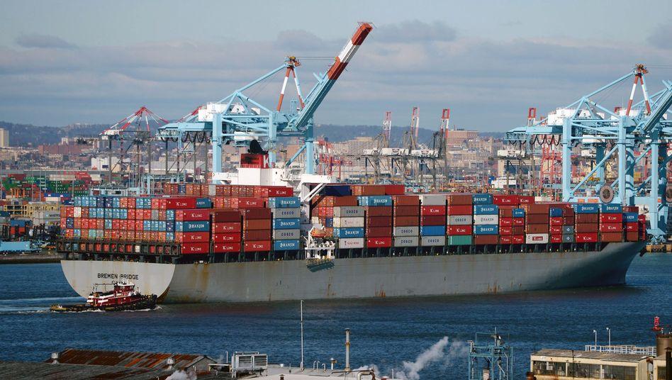 """Containerschiff """"Bremen Bridge"""" im Hafen von New Jersey (USA): Handelsüberschuss von 115 Milliarden Euro"""