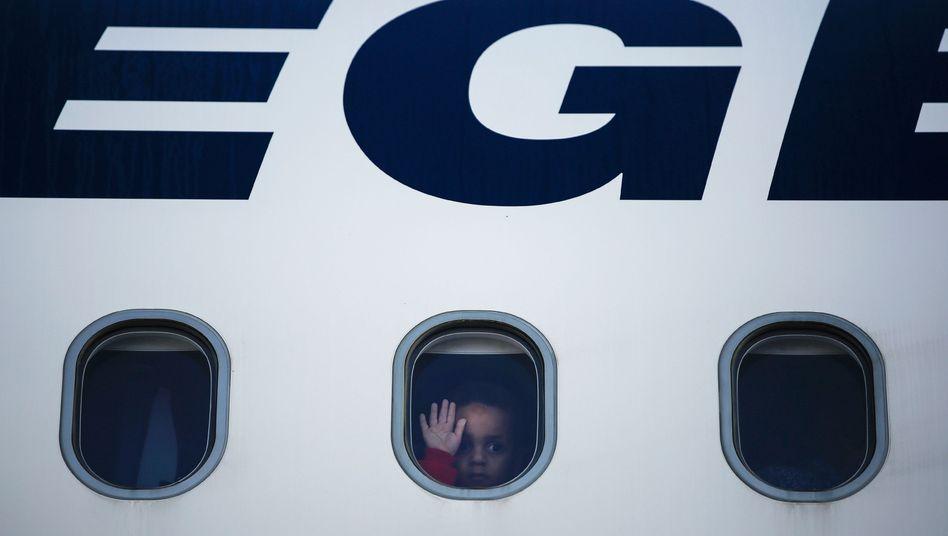 Dieses Mädchen wurde als eine von 101 Personen vergangene Woche von der griechischen Insel Lesbos nach Deutschland geflogen
