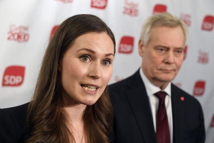 Die 34-jährige Sanna Marin, hier neben dem zurückgetretenen Ministerpräsidenten Antti Rinne