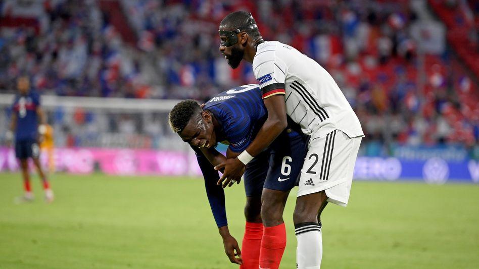 Antonio Rüdiger (rechts) nach seiner fragwürdigen Aktion am Rücken des französischen Nationalspielers Paul Pogba