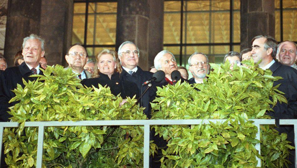Spitzenpolitiker am 3. Oktober 1990 vor dem Reichstag, rechts im Bild Theo Waigel