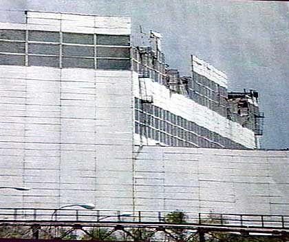 Fernsehbild des zerstörten Hangars