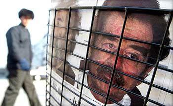 Nachrichten von der Saddam-Festnahme am Zeitungsständer: Wer soll den Diktator richten?