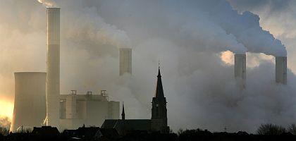"""Braunkohlekraftwerk Frimmersdorf (Ende Februar 2008): """"Nur mit einer schnellen Abkehr von den fossilen Brennstoffen haben wir gute Chancen, eine deutliche Erwärmung zu vermeiden"""""""