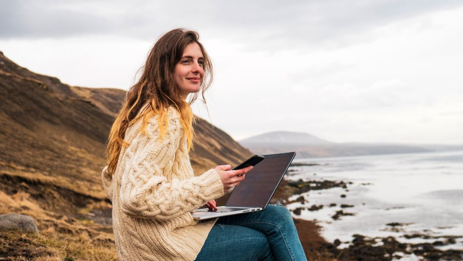Mit dem Laptop an der Küste - sieben von zehn Urlaubern sind auch im Urlaub beruflich erreichbar