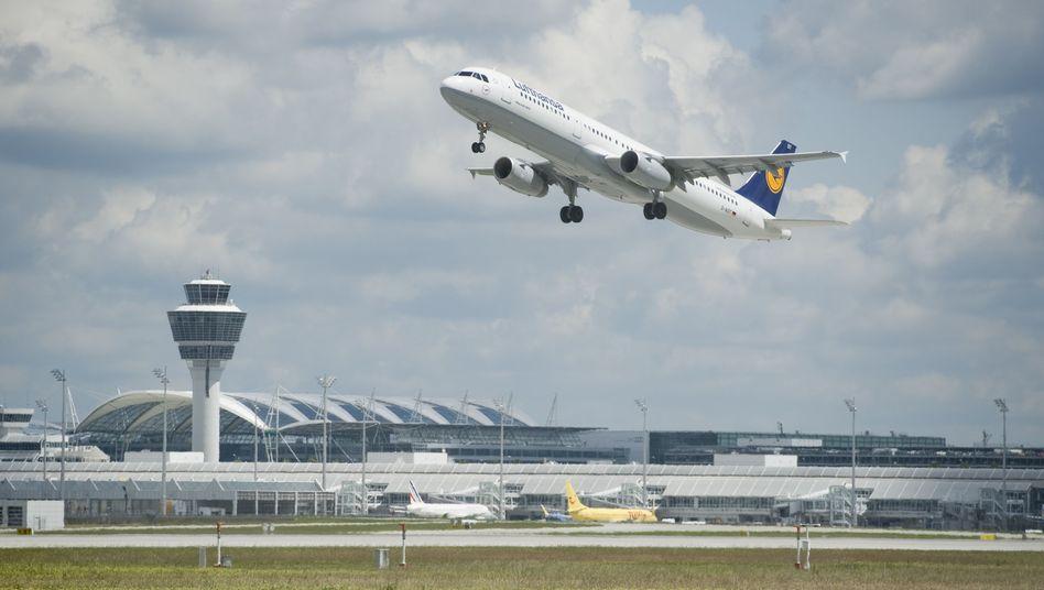 Lufthansa-Maschine in München: Fluglinien profitieren von der Aussetzung der CO2-Abgabe