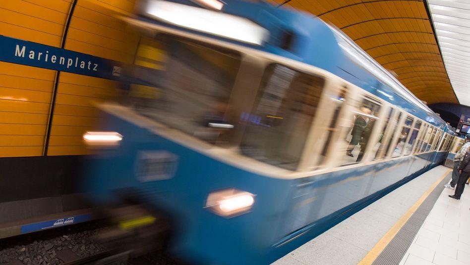 Ein Zug fährt im U-Bahnhof Marienplatz in München ein
