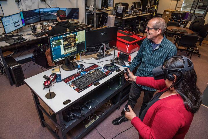 Ein vergleichsweise neues Gerät: Norm Bourassa beobachtet den Test einer VR-Brille