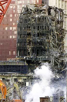 Noch immer raucht und dampft es aus den Ruinen der zerstörten Türme. Die Aufräumarbeiten werden nach jüngsten Schätzungen mindestens ein Jahr dauern.