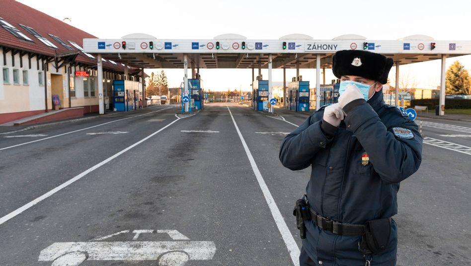 Ungarischer Grenzpolizist mit Mundschutz