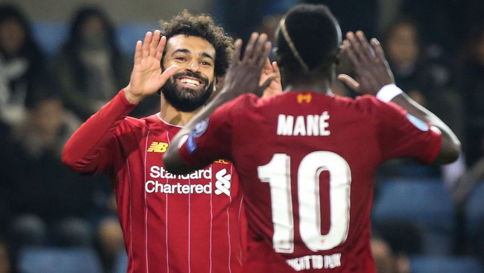 Mo Salah lacht hoffentlich nicht über das Missgeschick der beiden Fans