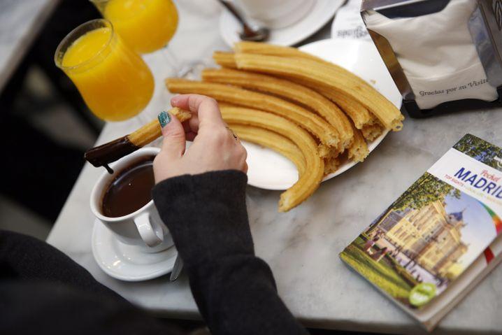 Churros werden traditionell vor dem Essen in Schokolade getunkt