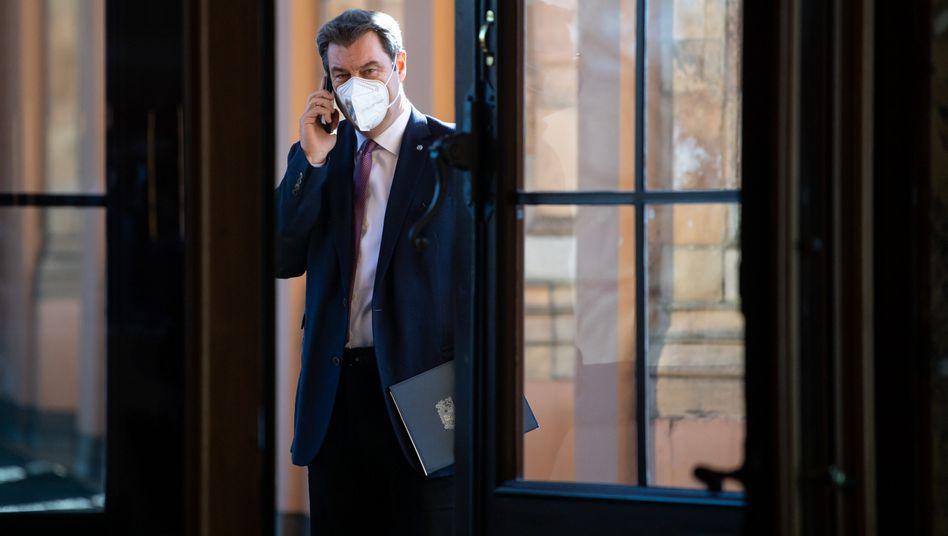 Markus Söder telefoniert im bayerischen Landtag vor dem Beginn einer Plenarsitzung (Archivbild)