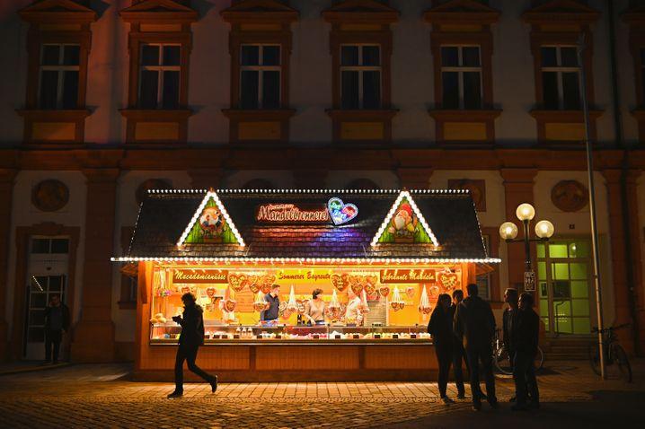 Mandelbrennerei auf dem Weihnachtsmarkt in Bayreuth - in diesem Jahr soll auf Weihnachtsmärkten die Maskenpflicht gelten, fordert der Städte- und Gemeindebund