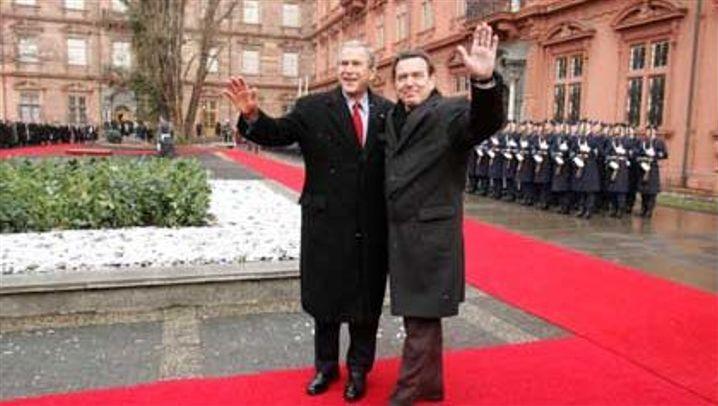 Bush in Deutschland: Lächeln, Winken, Händeschütteln
