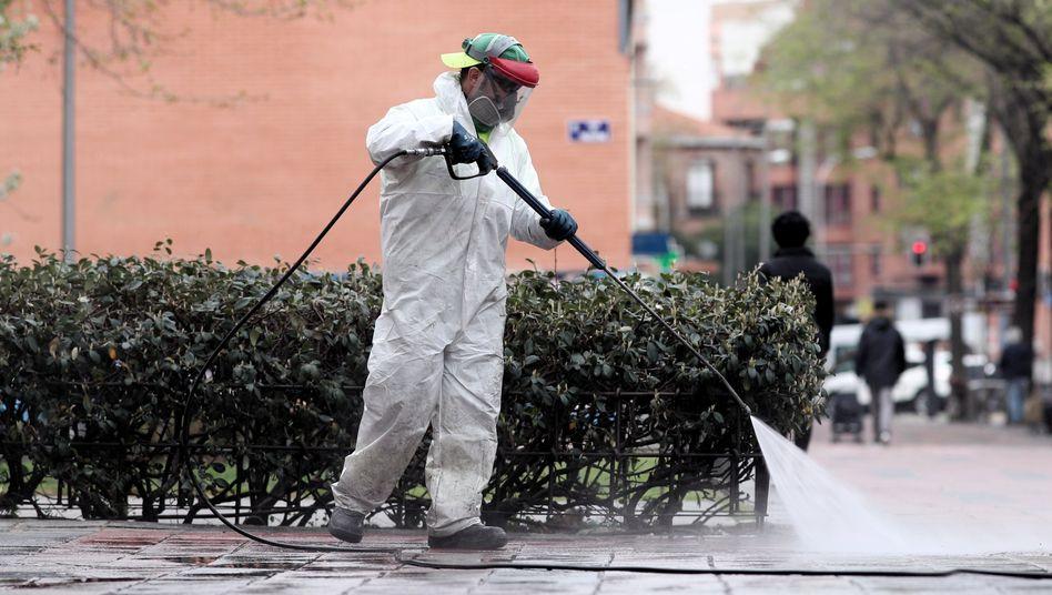 Reinigungspersonal desinfiziert die Straßen in Madrid: Die Probleme werden sich weiter verschärfen