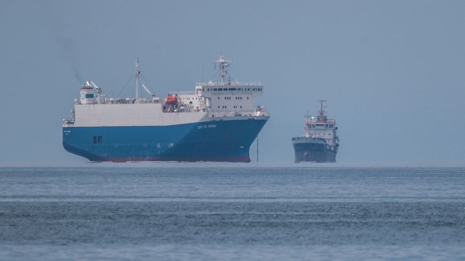 Schiffe liegen Ende Mai an der griechischen Küste vor Anker