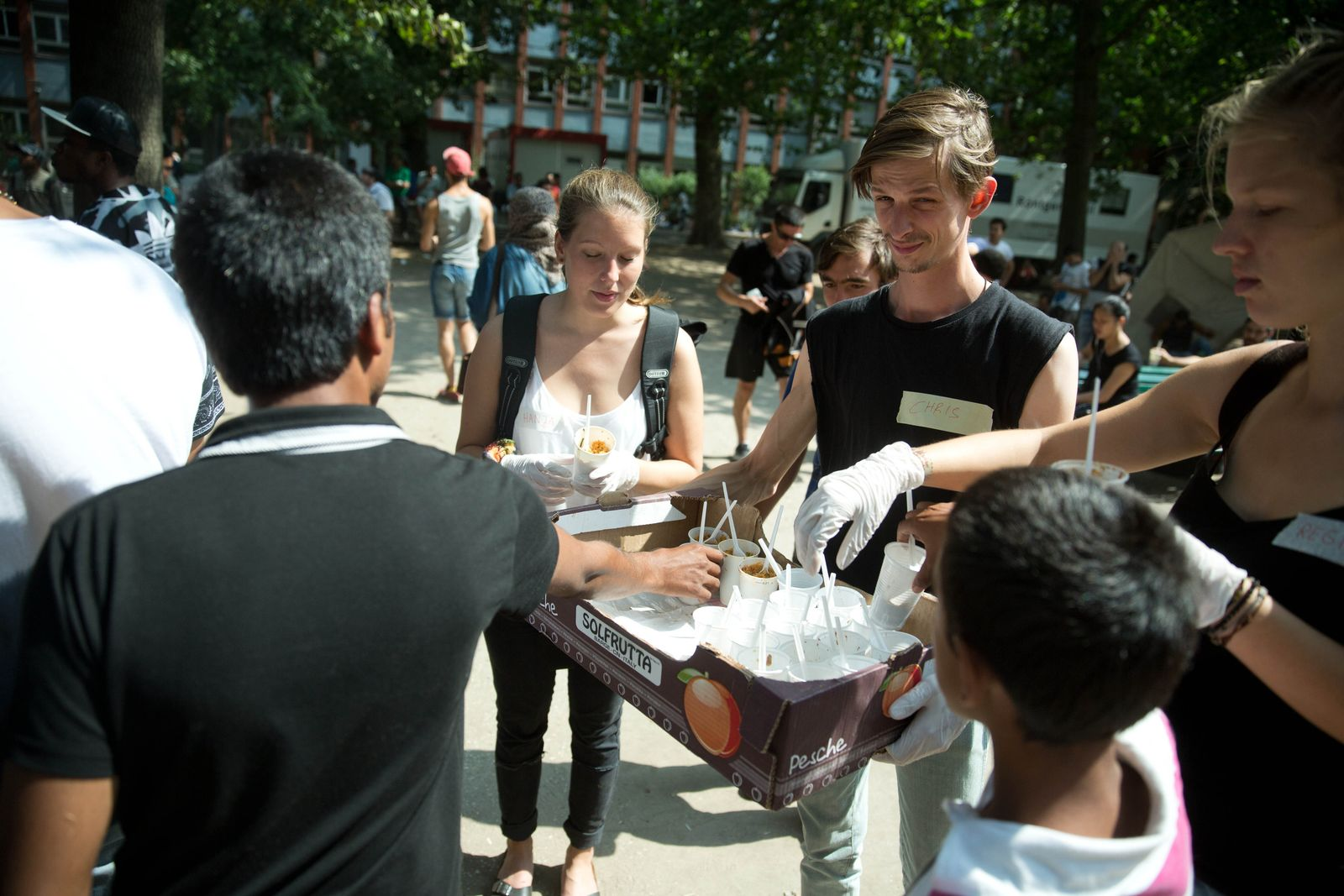 Ehrenamtliche helfen Flüchtlingen in Berlin